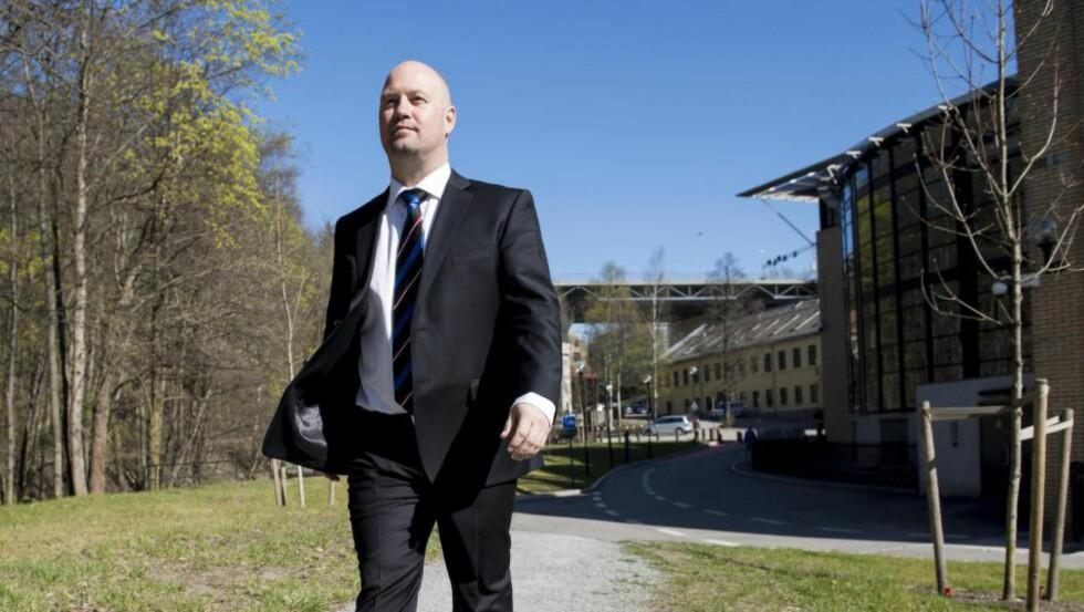 20150423 Justisminister Anders Anundsen ser framover etter etter de på møterommet i Justisdepartementet, samt bilder utenfor og ved Akerselva. Foto: Lars Eivind Bones / Dagbladet