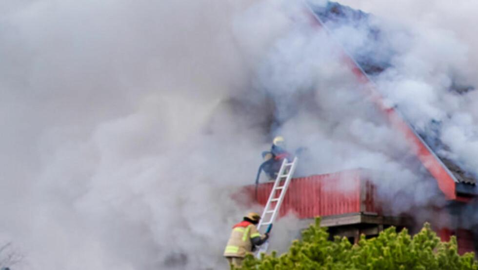 Kraftig brann:  En mann i 60-årene er savnet etter en husbrann i Østfold. Foto: Freddie Larsen
