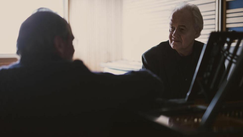 SAMMEN IGJEN: Ole Paus (t.v.) og Ketil Bjørnstad har samarbeidet på plate i 42 år, og nå hyller de Froland kommune og innlandskulturen på «Frolandia».  Foto: Stian Herdal
