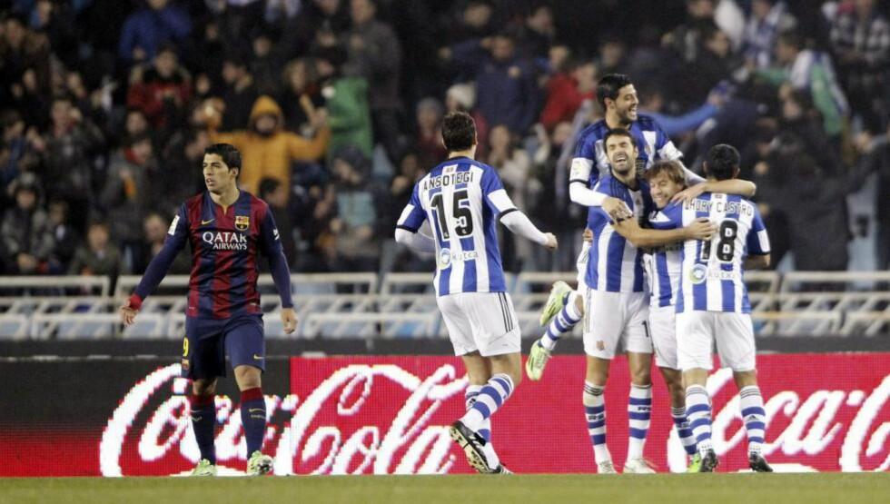 TOK LEDELSEN: Et selvmål av Jordi Alba etter bare 90 sekunder førte til stor glede blant Real Sociedad-spillerne, mens Barcelonas Luis Suárez fortvilte. Foto: JAVIER ETXEZARRETA / EPA / SCANPIX
