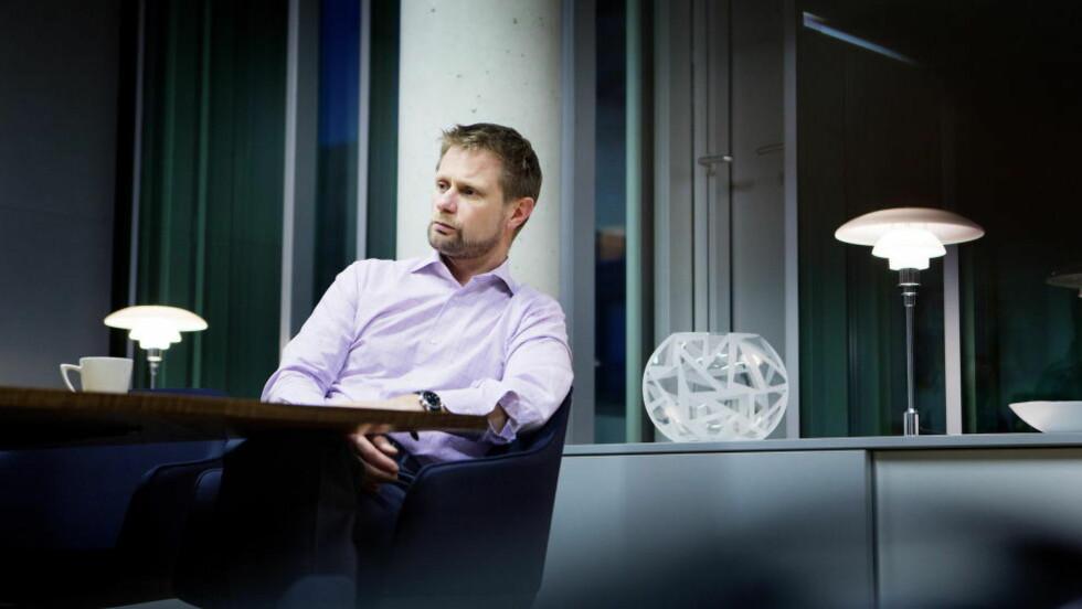 MÅ SVARE FOR SEG: Helseminister Bent Høie (H) på sitt kontor i Helsedepartementet i Oslo. Kontrollkomiteen er ikke fornøyd med svarene Høyre-ministeren så langt har gitt i sykehus-saken, og avkrever Høie ytterligere svar. Foto: Christian Roth Christensen / Dagbladet