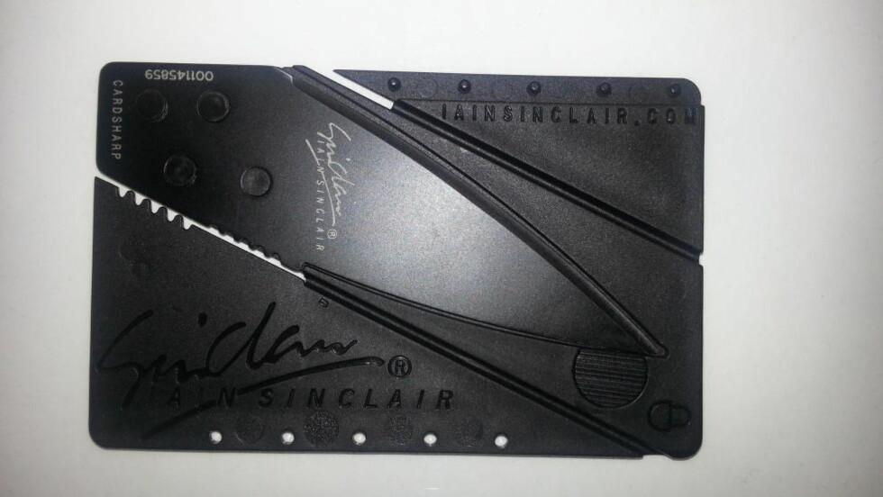 LIVSFARLIG: I dette «kredittkortet» er det gjemt en kniv. Tollvesenet beslagla ti slike kniver i fjor. Foto: Tollvesenet