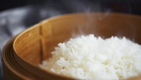 LUFTIGERE: Synes du at ris ofte blir klumpete og klebrig kan det også hjelpe å skylle risen. Foto: BON APPETIT / NTB SCANPIX