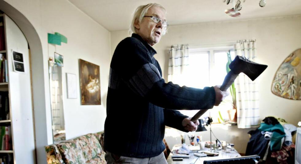 FORBEREDT: Da Dagbladet Magasinet intervjuet Vilks i 2011, viste han fram øksen han hadde stående på stuegulvet: - Om de kommer gjennom vinduet må jeg jo gjøre noe, ikke sant? Og jeg tenker at ei øks, det må man jo kunne slå med, eller hva? Foto: Kristian Ridder-Nielsen / Dagbladet