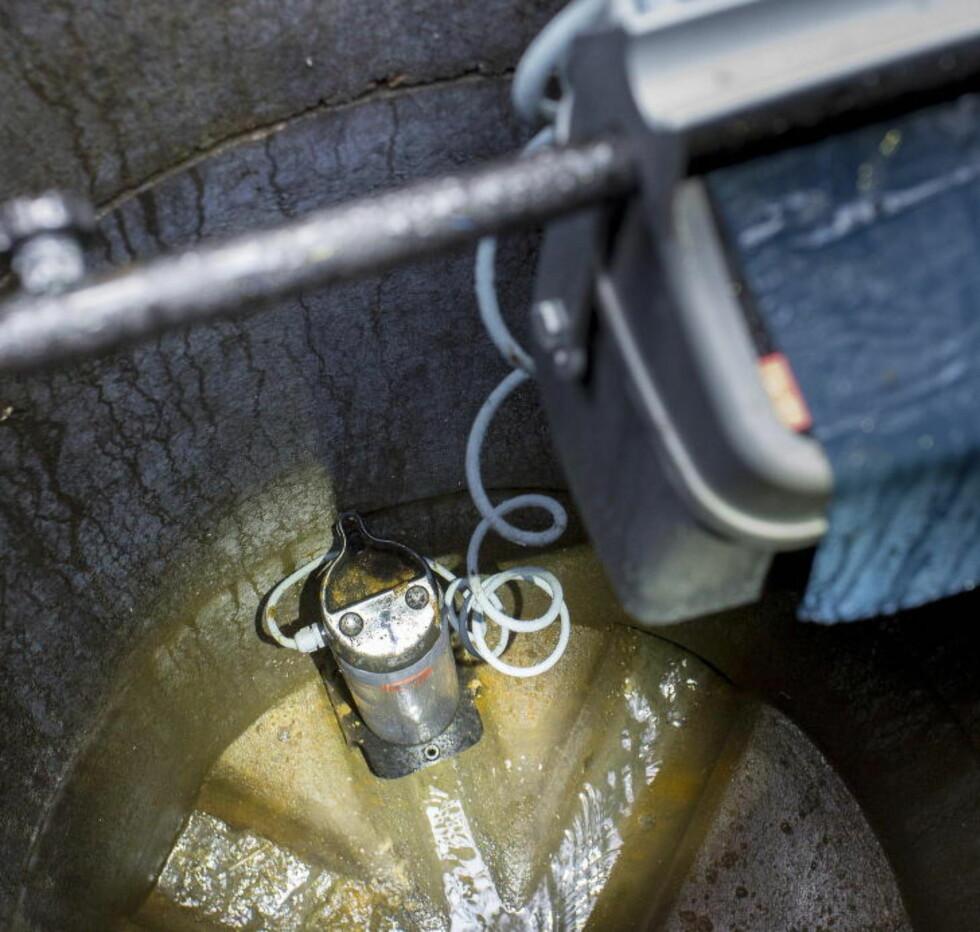 ENKEL PLASSERING: Rottefellene plasseres over en av røråpningene i kummen. Når rottene passerer gjennom røret merker en føler varmen fra rotta og skyter ut stålpigger, som gjennomborer dyret og dreper deet. Deretter skylles kroppen videre i kloakksystemet. Foto: Per Flåthe / Dagbladet