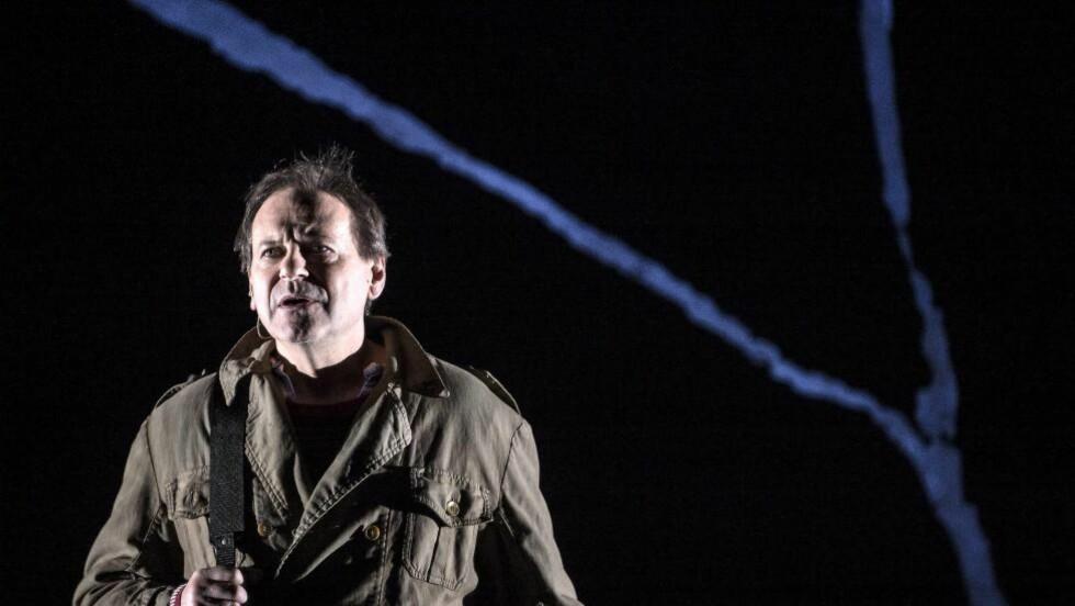 DOMMER, DEMAGOG OG REFSER: Svein Tindberg framstiller Brand som en intenst ensom mann. Foto: Erik Berg, Det Norske Teatret