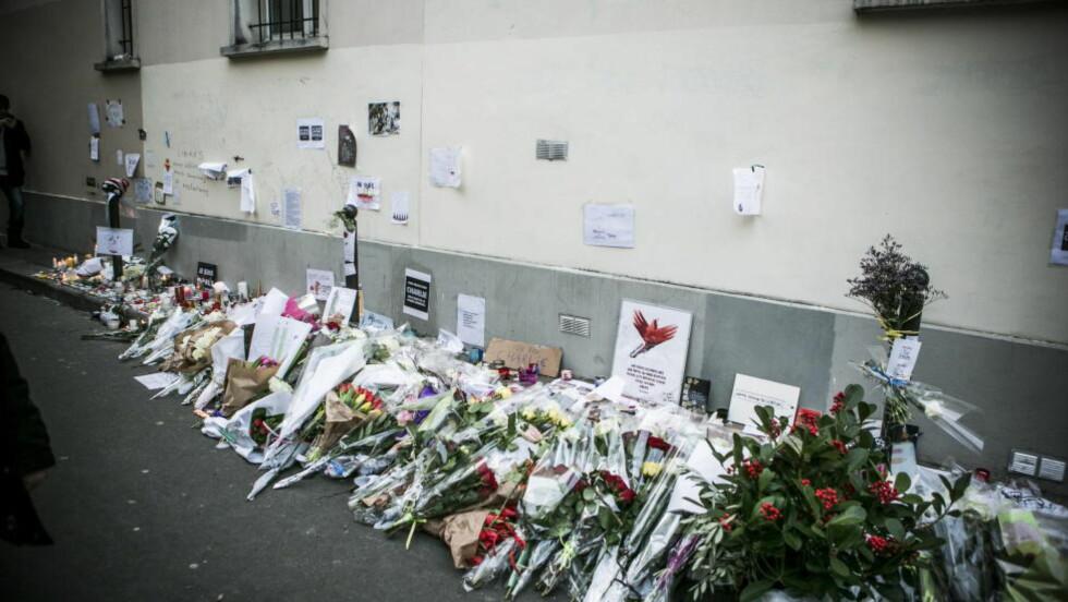 MINNET DE DØDE: Mange la ned blomster utenfor redaksjonslokalene til Charlie Hebdo under minnemarkeringen i Paris søndag. I Paris sentrum hadde rundt 2,5 millioner møtt opp. Foto: Christian Roth Christensen/Dagbladet