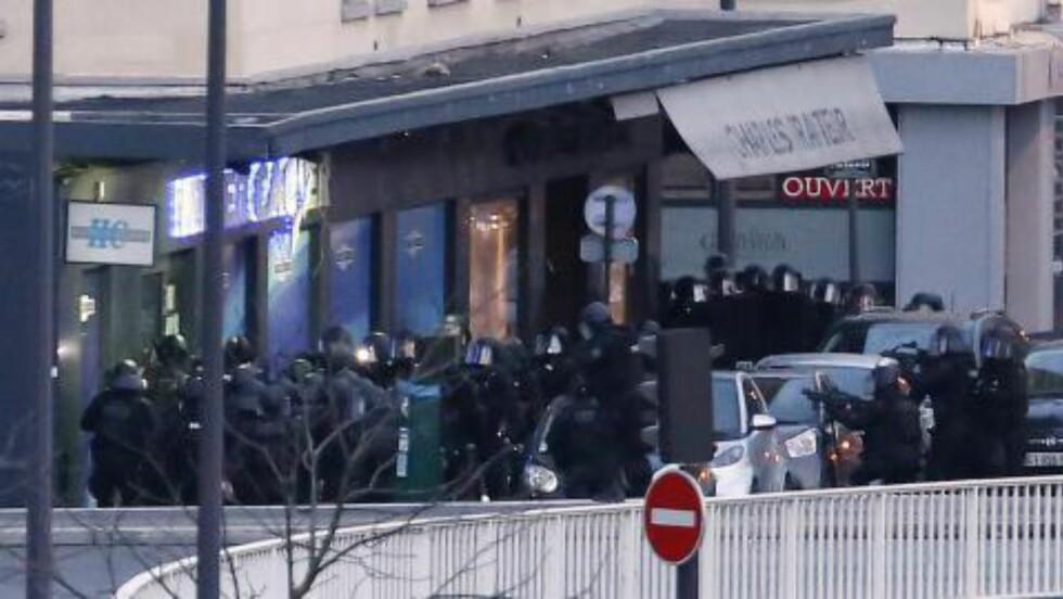 STORMER:  Her stormer franske spesialstyrker kosherbutikken. Foto: AFP Photo / Thomas Samson