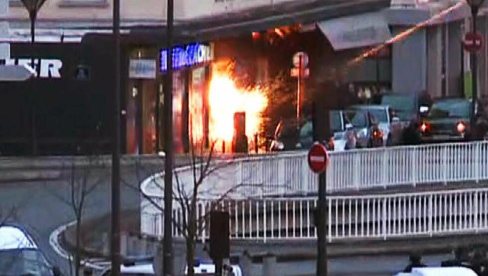 EKSPLOSJON  Øyeblikk før franske spesialstyrker smormet kosherbutikken, eksploderte det i butikken. Dette er et av flere dramatiske bilder fra politiaksjonen. Foto: AFP PHOTO / AFPTV / Gabrielle Chatelain