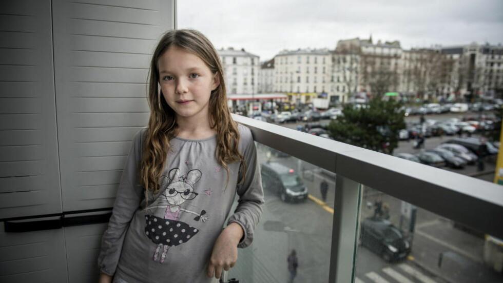 VIL VÆRE INNE: Ti år gamle Lola var innesperret på skolen sin i hele går. De kunne ikke gå ut, for på utsiden holdt to terrorister gisler fanget. Hun ville bare hjem. Foto: Øistein Norum Monsen / DAGBLADET