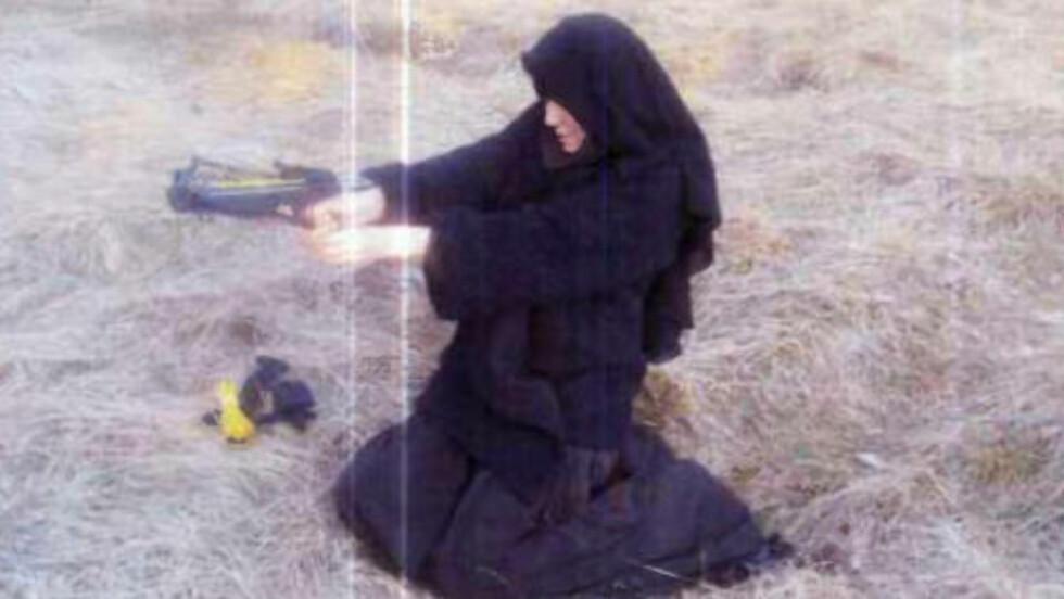 TRENTE MED ARMBRØST: Hayat Boumeddiene og Amedy Coulibaly skal ha lært å skyte med armbrøst hos den terrordømte islamske lederen Djamel Beghal. Dette bildet skal ha av Boumeddiene i 2010. Foto: Le Monde