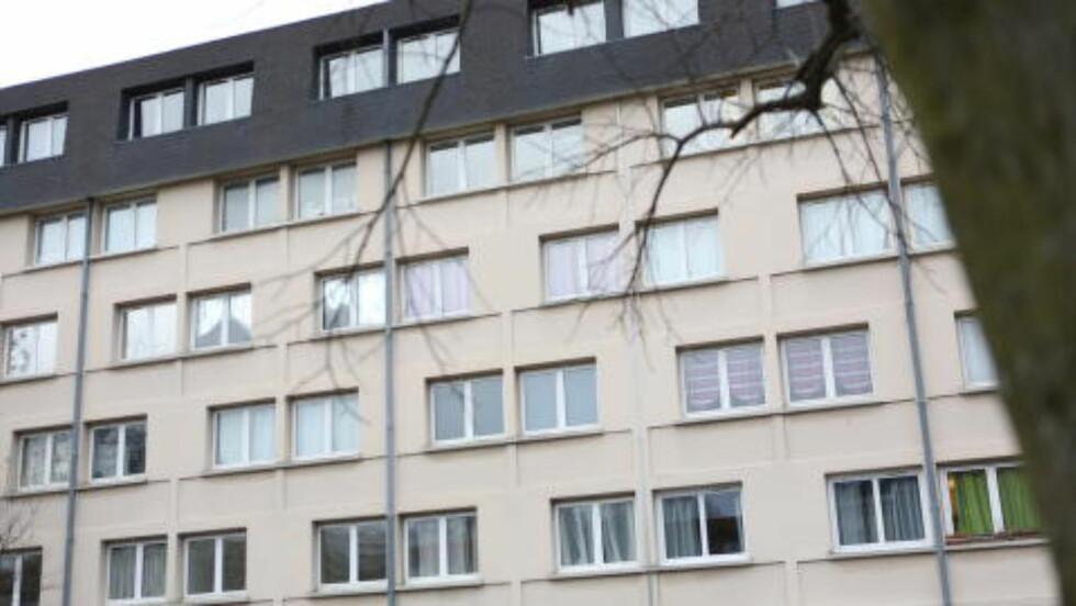 BODDE UTENFOR PARIS:  I dette leilighetskomplekset sør for paris, bodde Hayat Boumeddiene og Amedy Coulibaly. Coulybaly antas å stå bak drapet på en politikvinne i Montrouge, like etter terrorangrepet på Charlie Hebdo, og deretter gisselsituasjonen på en kosherbutikk, hvor fire personer ble drept. Foto: Christan Roth Christensen