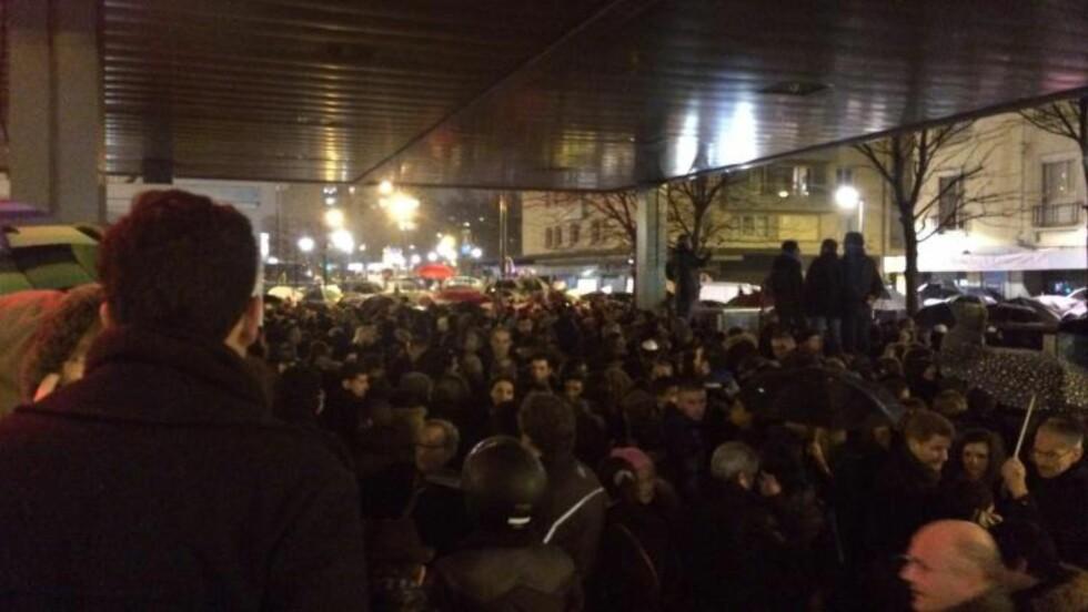 MINNEMARKERING: Tusenvis av mennesker er i kveld samlet utenfor det jødiske supermarkedet. Foto: Therese Doksheim / Dagbladet