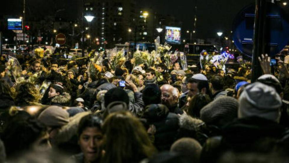 STOR SORG: Flere tusen mennesker har samlet seg utenfor den jødiske butikken hvor gisselaksjonen fant sted i går. Foto: Christian Roth Christensen / Dagbladet