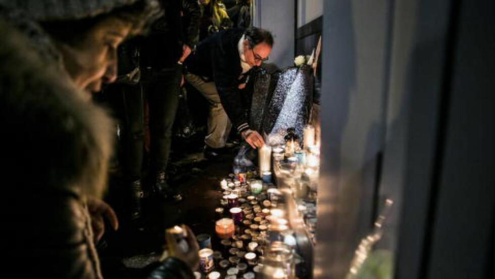TENTE LYS: De fire drepte gislene ble hedret med ett minutts stillhet i kveld. Foto: Christian Roth Christensen / Dagbladet