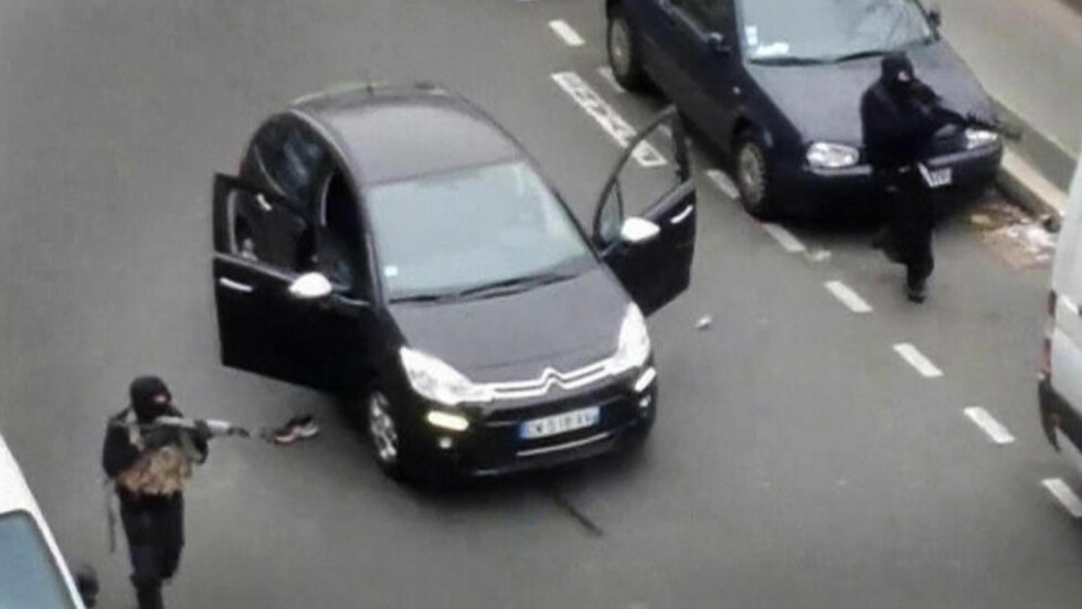 ANGREP:  Disse bildene er fanget opp fra en leilighet like ved Charlie Hebdos lokaler, like etter terroraksjonen. Her skyter Couachi-brødrene mot en fransk politimann, som ble drept i skuddvekslingen. Foto: Reuters / NTB Scanpix.