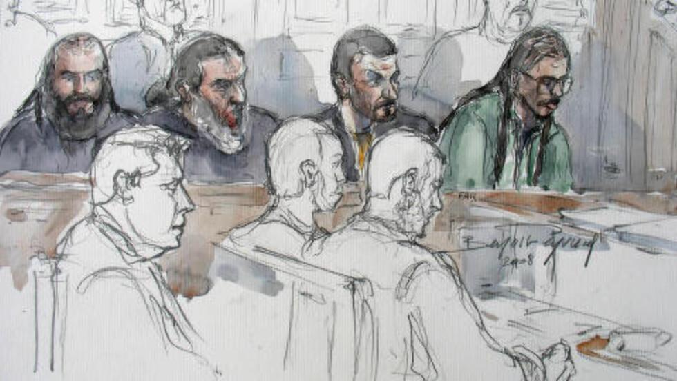 I RETTEN: Farid Benyettou er helt til høyre på denne tegningen fra en rettsak i 2008. Illustrasjon BENOIT PEYRUCQ / AFP /NTB Scanpix