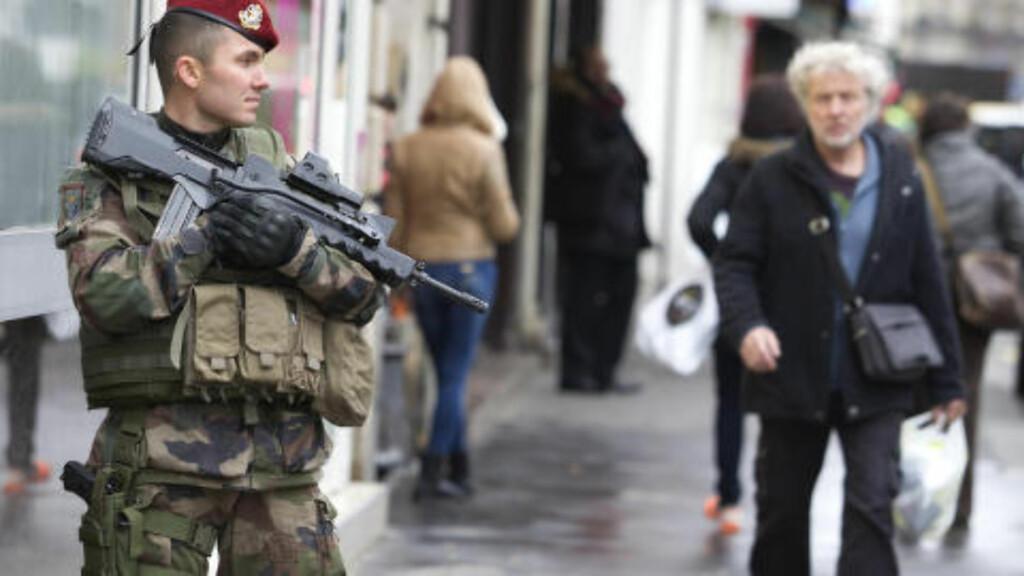 PASSER PÅ SYNAGOGE: Frankrike utstasjonerer nå 10 000 soldater for å unngå flere angrep. I forrige uke ble 17 personer drept, i tillegg til de tre terroristene. Foto: Ap/Scanpix