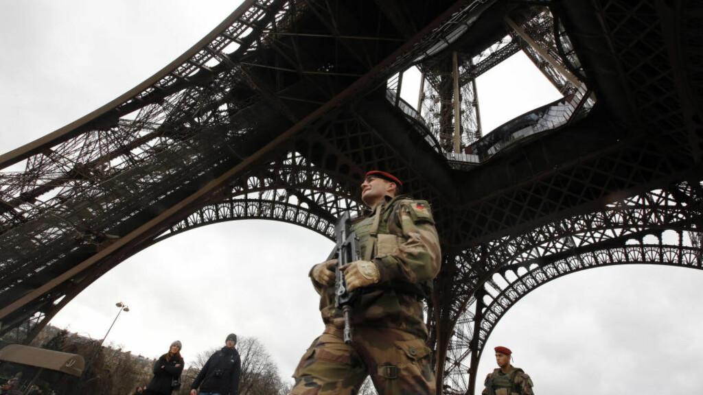 STRENGT BEVOKTET:  En fransk soldat er på patrulje ved Eiffeltårnet i Paris, og fra i morgen kveld skal hele 10 000 soldater vokte hovedstaden og landet forøvrig i håp om å unngå nye terrorangrep. Foto: Eric Gaillard/Reuters/Scanpix