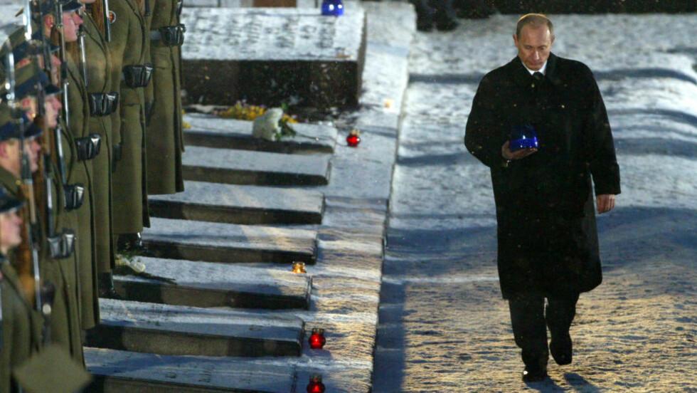 FOR 10 ÅR SIDEN var president Vladimir Putin midtpunkt under 60-årsmarkeringen for frigjøringen av Auschwitz.  Her tenner han et lys for fascismens ofre.  I år ser polakkene helst at han holder seg unna - på 70-årsdagen den 27 januar. Foto: Fabrizio Bensch/Reuters