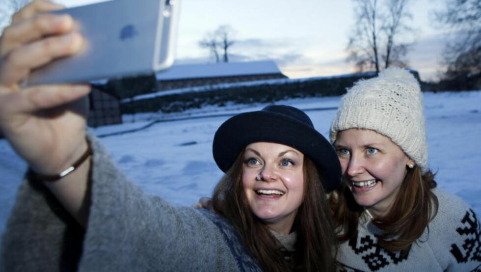 SELFIE: Katzenjammer-kvinnene Marianne Sveen og Anne Marit Bergheim tar en selfie. Foto: Anders Grønneberg