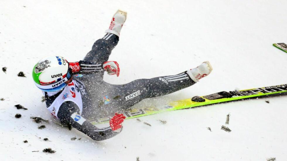 BRAKK HÅNDLEDDET: Anders Bardal hoppet svært langt i dagens kvalifiseringsrenn. Så langt at han slo bakkerekorden - og slet med å holde seg på beina. Hoppveteranen støttet seg med venstrehånda og pådro seg et håndleddsbrudd. Foto: EPA/GRZEGORZ MOMOT POLAND OUT