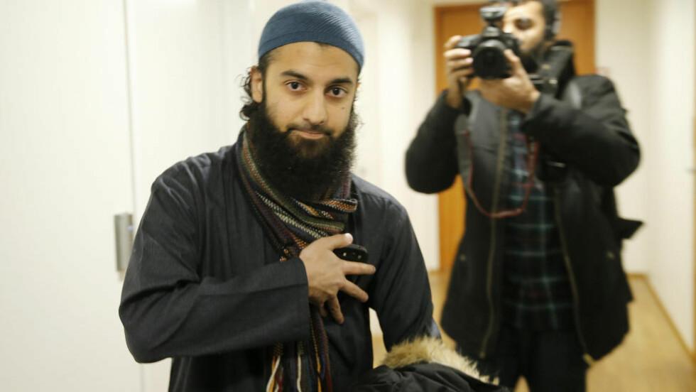 BLIR FILM: Profetens Ummah går til filmen. Islamisten Ubaydullah Hussain ble fulgt av et filmteam da han kom i fengslingsmøtet til Arfan Bhatti i Oslo tingrett torsdag 15. januar. Foto: Terje Pedersen / NTB scanpix