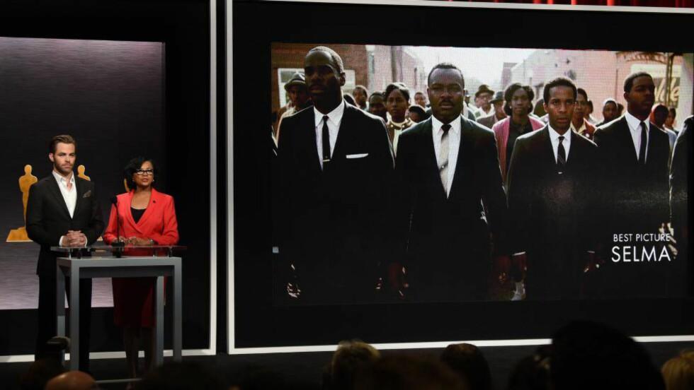 BARE TO NOMINASJONER: Skuespiller Chris Pine og leder for Oscar-akademiet Cheryl Boone presenterer filmen «Selma»  som en av de nominserte til årets film. Mange mener filmen burde ha fått langt flere nominasjoner enn bare to. Foto. NTB SCANIX / AFP /MARK RALSTON