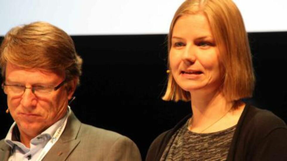 KOLLEKTIVT FØRST: Guri Melby (V), til høyre på bildet, er byråd for samferdsel i Oslo. Hun er klar på at elbiler må vike til fordel for kollektivtransport/sykkel dersom det utvikler seg til konflikt mellom alternativene. (Til venstre: Oskar Grimstad (Frp). Foto: KNUT MOBERG