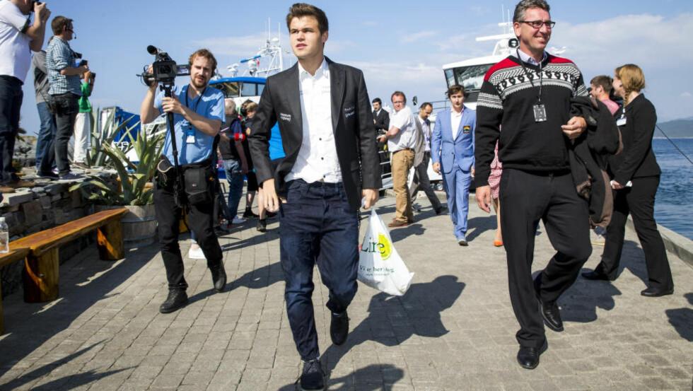 KOMMER TIL STAVANGER: Magnus Carlsen vil delta i Norway Chess for tredje året på rad. Her fra i fjor, da også Simen Agdestein var med. Foto: Erlend Aas / NTB scanpix