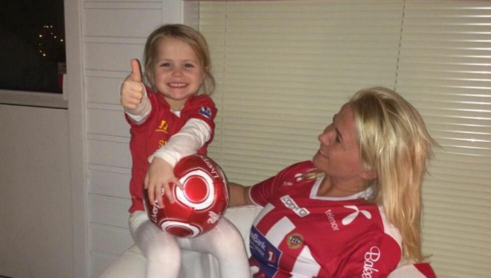 DISKUTERER LAGVALG: Ynwa får bestemme selv hvem hun vil heie på, men det ser ut til at mors Tromsø har tapt. Foto: Privat