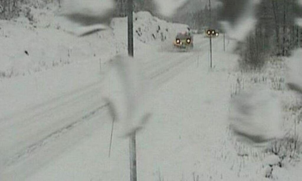 image: - Folk ringer politiet og klager på at det snør og at de kommer for sent på jobben