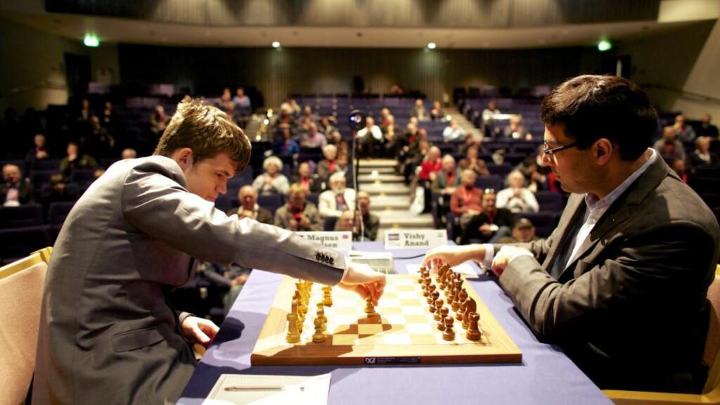 KLART FOR REVANSJEOPPGJØR. Magnus Carlsen møter Vishy Anand i en turnering i Baden Baden om snaut to uker. Her er de to avbildet i et tidligere oppgjør i London Classic.  Foto: NTB scanpix