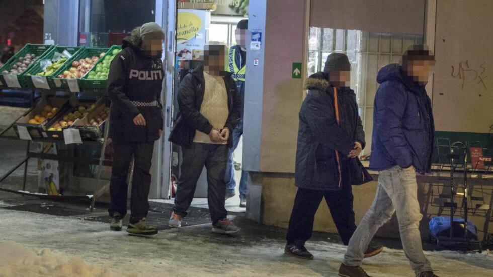TATT I GÅR: En av de to norskpakistanske brødrene som i går ble påført håndjern og geleidet ut av Lime-butikken i Grønlandsleiret, ble også pågrepet i den første aksjonen i saken i september i fjor. Politiet mistenker at hovedmennene startet opp igjen hasjsalget til tross for den pågående etterforskningen. Foto: ØISTEIN NORUM MONSEN