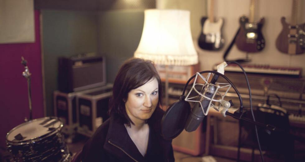 FERDIGSNAKKA: Agnes Ravatn er først ute i en ny serie podcaster med lydboksingler, der korte tekster leses av forfatteren, akkompagnert av spesialskrevet musikk. Foto