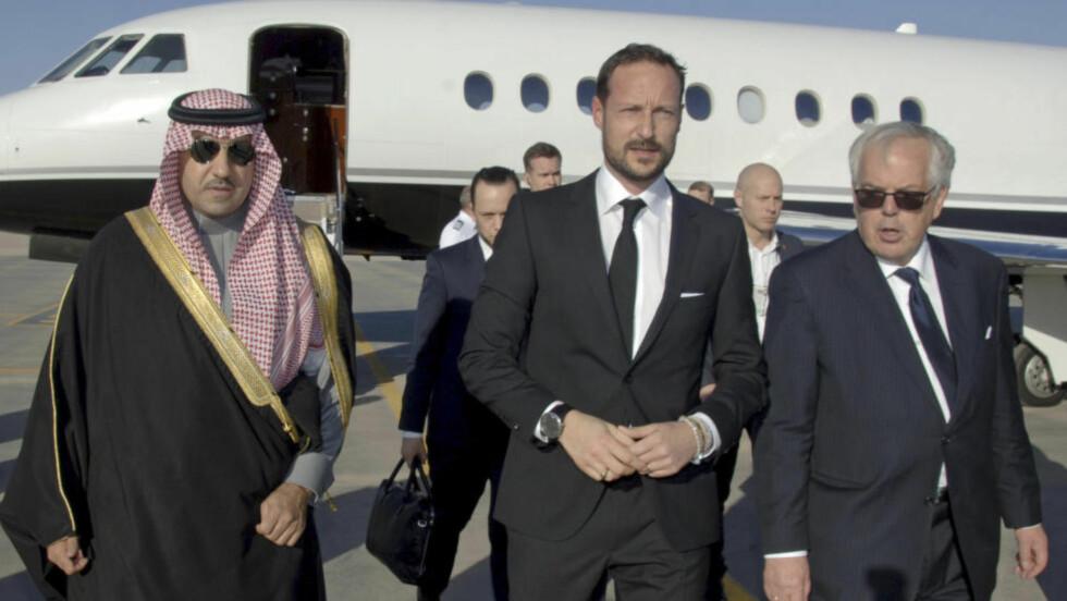 KRONPRINSEN I SAUDI-ARABIA:  Kronprins Haakon ankom lørdag Saudi-Arabias hovedstad Riyadh, for å delta på en kondolanseseremoni i forbindelse med kong Abdullahs død. Kronprinsen ble ønsket velkommen til av guvernør i Riyadh-provinsen, Turki bin Abdullah al-Saud (til venstre). Foto: AP Photo/SPA