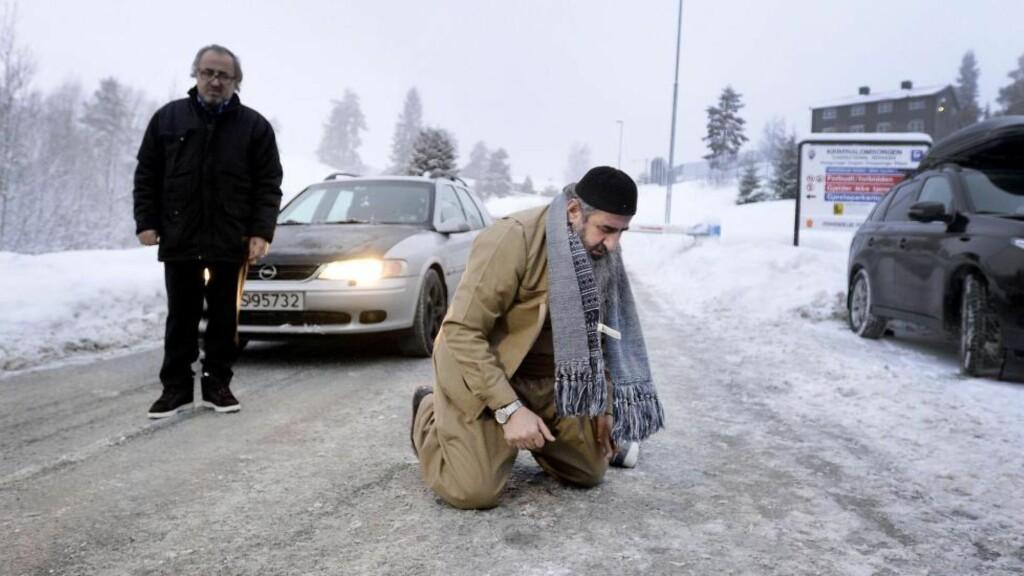 FRI MANN:  I går slapp mulla Krekar ut av Kongsvinger fengsel. Han la seg ned på bakken og ba, før han takket de ansatte ved fengselet. Krekars bror i bakgrunnen. Foto: John Terje Pedersen