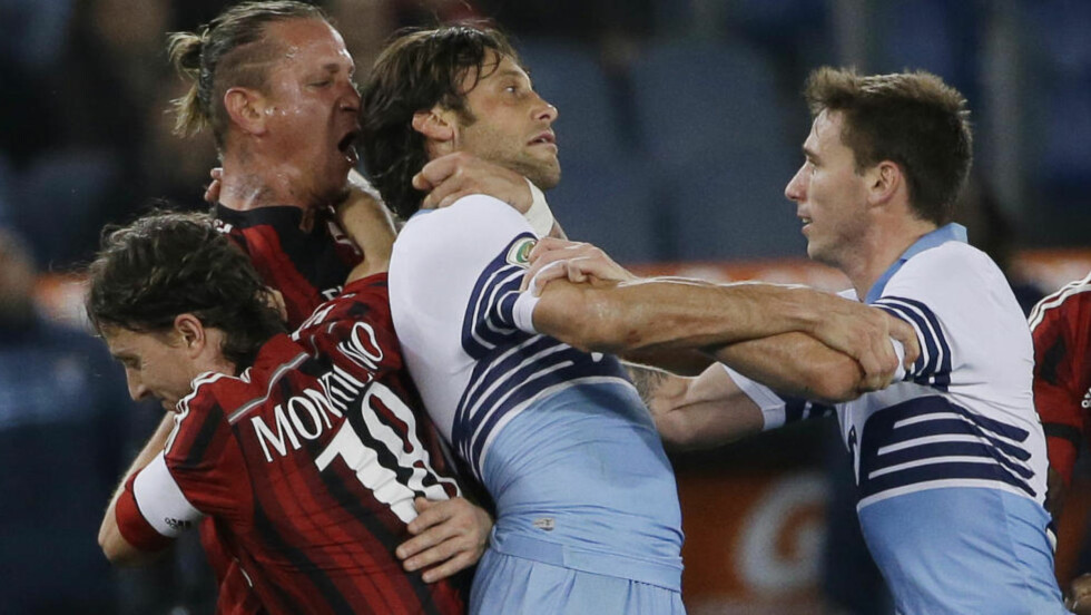 HISSIG: Milan må klare seg uten Philippe Mexès i fire kamper. Den franske fotballspilleren ble utvist for å ta kvelertak på Lazios Stefano Mauri i lagenes møte lørdag.  Mexès måtte nærmest dras av banen etter å ha blitt vist det røde kortet. Foto: AP Photo/Gregorio Borgia/NTB Scanpix