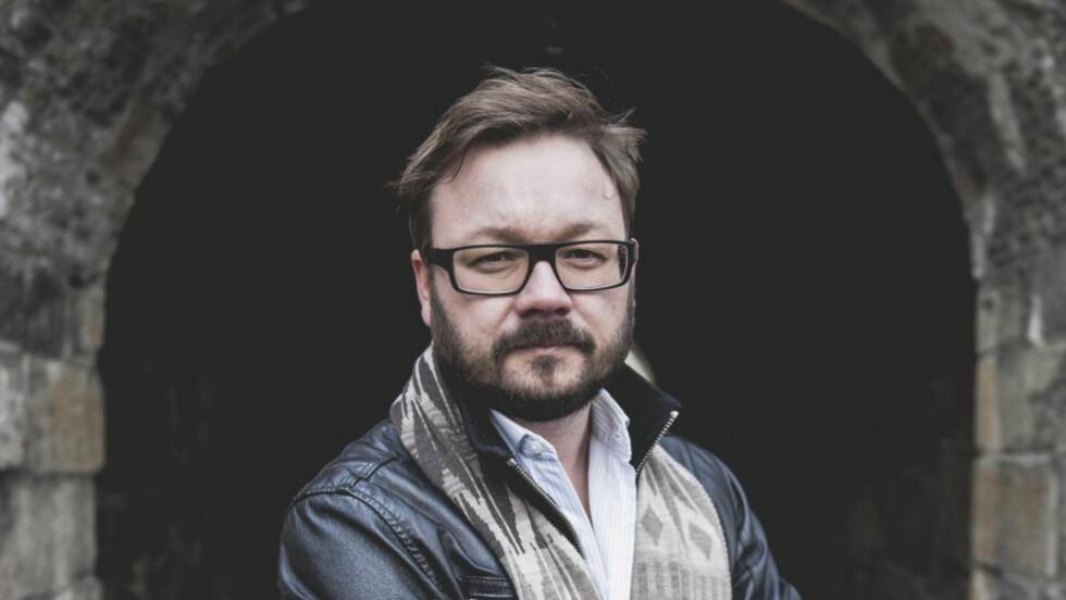EN VELLYKKET DEBUT:  VG-journalist Ingar Johnsrud debuterer med spenningsromanen «Wienerbrorskapet». Foto: Aschehoug/Akam1k3
