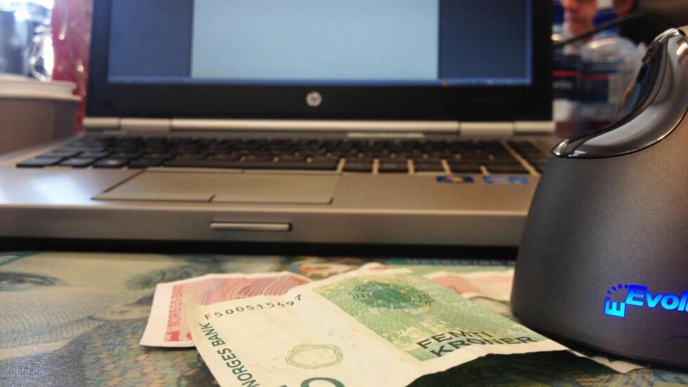 KONTANTER: Elektronisk betaling vinner, men kontantene blir ikke nødvendigvis borte av den grunn. Foto: BERIT B. NJARGA / DINSIDE.NO