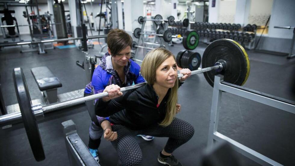 GLAD I Å TRENE:  Kaja Marlene Nilseng (30), trente altfor mye, kastet opp og trente litt til. Nå har hun igjen funnet glede i treninga gjennom et nytt behandlingsopplegg. Her sammen med trenings- og kostholdsveileder Therese F. Mathisen (t.v). Foto: Bjørn Langsem