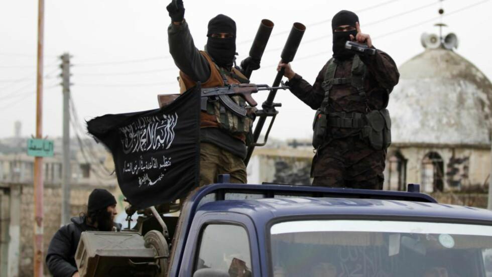SEIERSSIKRE: Krigere i Nusra-fronten, som er al-Qaidas gren i Syria, kjører seierssikkert inn i en landsby sør for Idlib. I dette intervjuet varsler «Omar», et av al-Qaidas viktigste medlemmer i Syria, flere angrep i Europa. -  Vi vil bruke samme strategi som ytterliggående palestinere: Angrip hvor som helst, når som helst, på enhver mulig måte. Foto: Reuters / NTB Scanpix