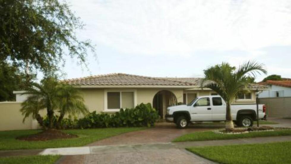 DOBBELTLIV: Mens Gonzalez hadde eide et vanlig hus og tilsynelatende førte et vanlig liv, levde han i virkeligheten et luksuriøst liv på fasjonable hoteller, og strødde om seg med kontanter. Bildet viser barndomshjemmet utenfor Miami. I bakhagen fant etterforskerne en nedgravd tønne med over en million dollar i kontanter. Foto: AP/J Pat Carter/NTB Scanpix