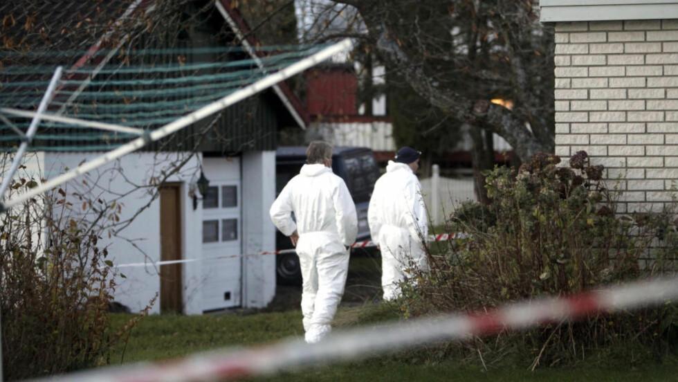 KRIMTEKNIKERE PÅ STEDET: En mann (46) er siktet ettter at hans mor  (76) er funnet død i sin bolig på Barkåker. Foto: Peder Gjersøe / NTB scanpix