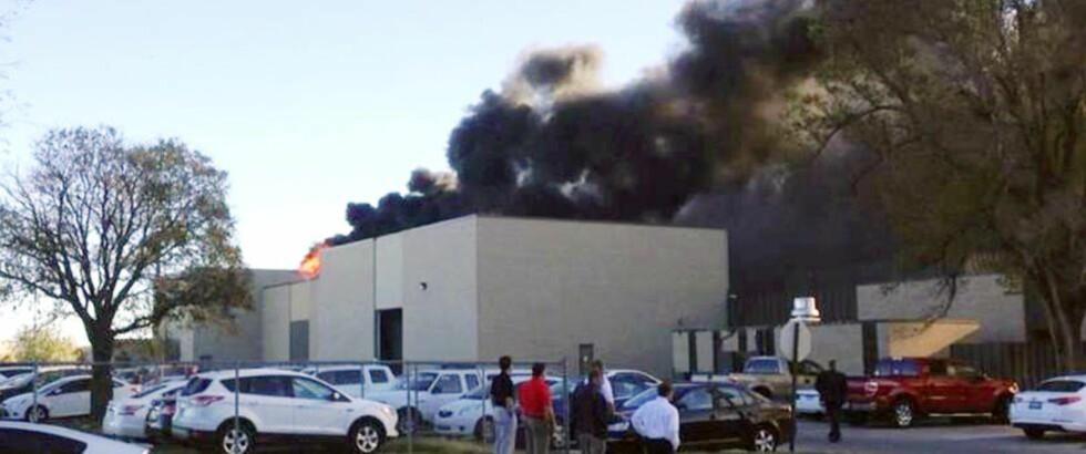RØYKUTVIKLING: Røyk stiger opp fra flyplassen i Wichita eller at et småfly krasjet inn i flyplassen. Foto: KAKE / AP / NTB scanpix