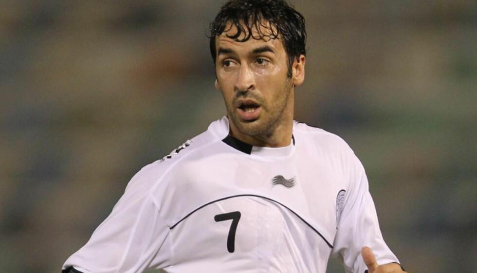 TIL COSMOS: Den spanske fotballspilleren Raul er klar for New York Cosmos. Foto: AFP PHOTO/KARIM JAAFAR