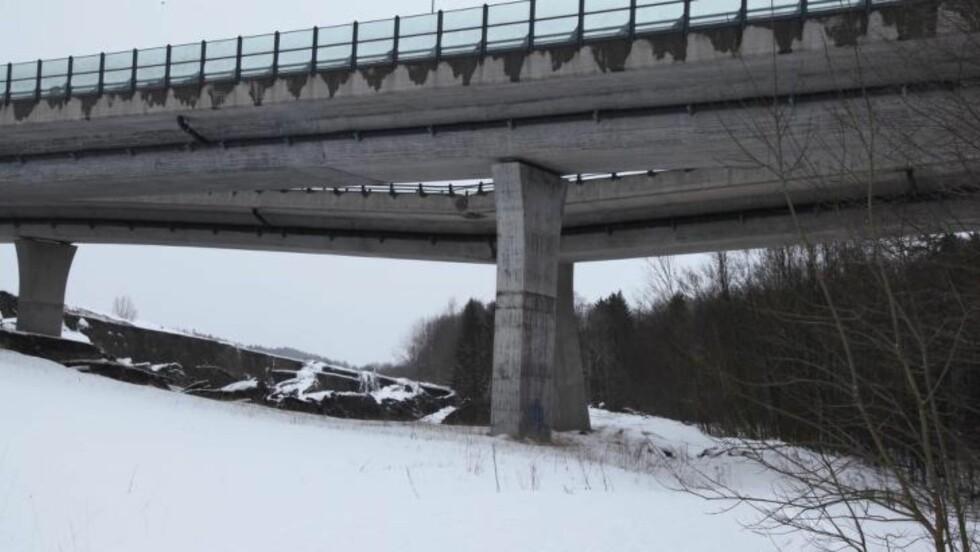 BRUDD: Slik ser brua ved Bentsrud på E18 i 15.30-tida: den har delvis falt sammen. Foto: Stener Kalberg