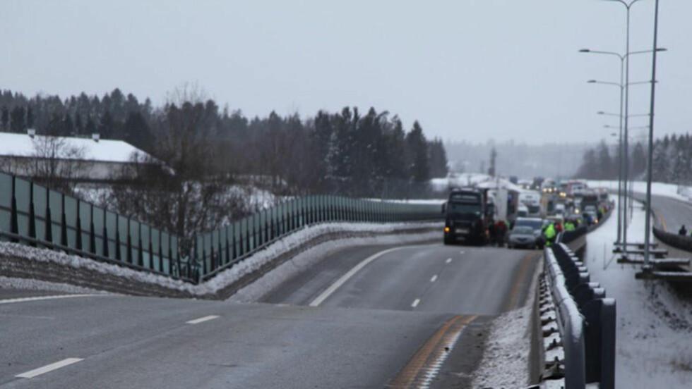 SØKK: Brua har falt sammen i midten. Bilene som skulle til å kjøre over, ble tilsynelatende stanset i tide. Foto: Stener Kalberg