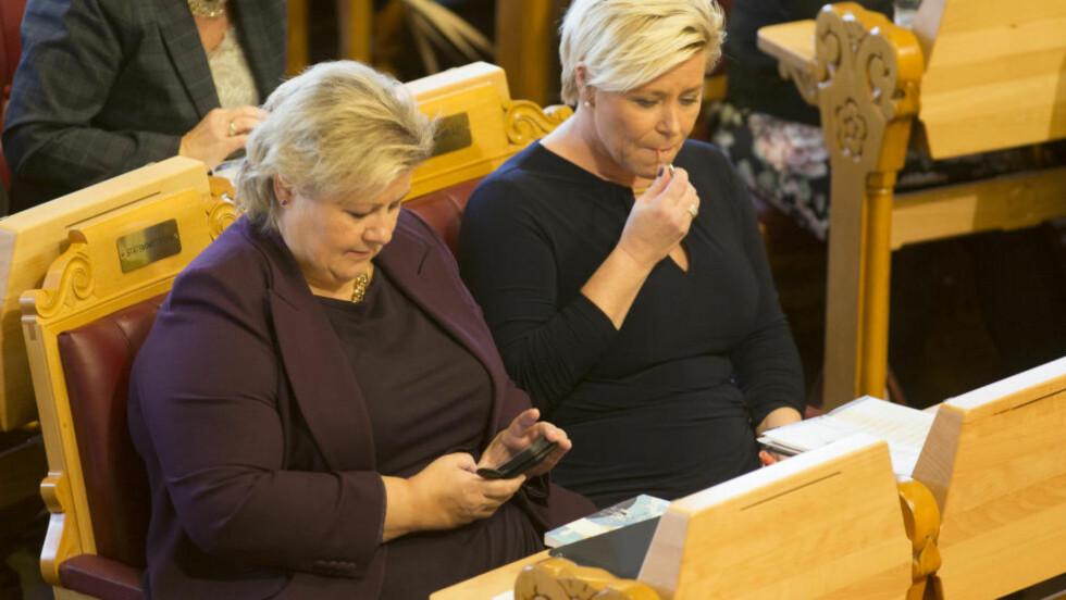 DYSTER LESNING: Høyre-leder Erna Solberg og Frp-leder Siv Jensen vinner ikke gehør i folket for sitt forsalg til statsbudsjett. Nå rømmer velgerne. Foto: Torstein Bøe / NTB scanpix