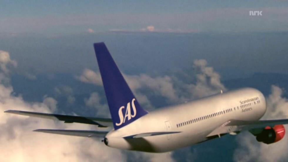 FRA EPISODE 3: Kameraet hviler lenge på dette flyet i en sekvens i nye «Lilyhammer». SAS var blant sponsorene som måtte klippes ut av den første sesongen av tv-serien. Denne gangen skal det imidlertid ikke være motytelser inne i bildet. (Skjermdump fra NRK.no)